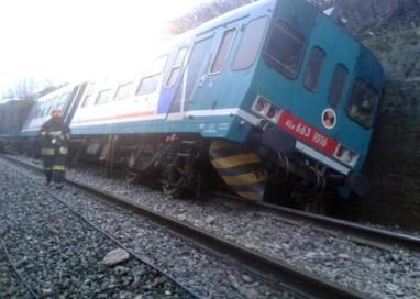 Frana sui binari, deraglia treno