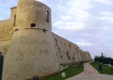 Dietro la Muraglia e i Possenti Torrioni