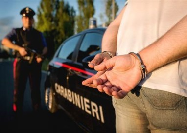Accoltella rivale in amore, arrestato
