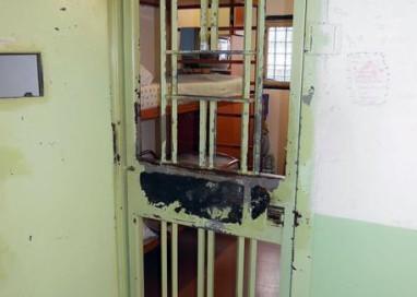 Detenuto si dà fuoco, salvato da agente