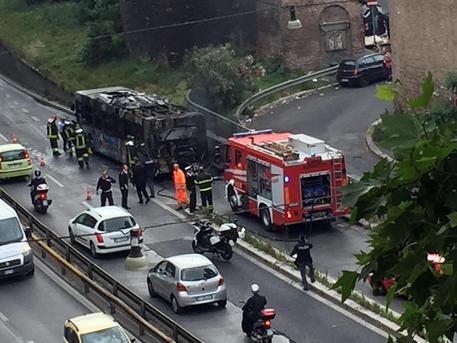 Panico a Roma, bus in fiamme: nessun ferito tra i passeggeri