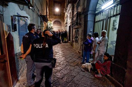Napoli - Fuga di gas in uno stabile, Polizia salva neonata
