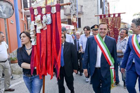 Mastella a Ceppaloni con fascia sindaco
