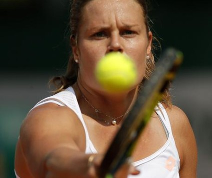epa05333472 Karin Knapp of Italy  in action against Yulia Putintseva of Kazakhstan during their women's single third round match at the French Open tennis tournament at Roland Garros in Paris, France, 28 May 2016.  EPA/ROBERT GHEMENT