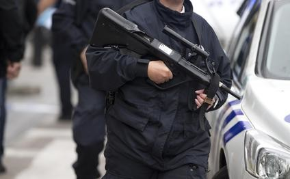 A Belgian police officer holds a firearm at the scene of a bomb alert on a major shopping street in Brussels on Tuesday, June 21, 2016. Belgian authorities took a man into custody early Tuesday following a pre-dawn security alert at a major shopping center in downtown Brussels. (ANSA/AP Photo/Virginia Mayo)