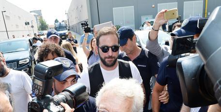 Higuain-mania folla davanti a sede Juve
