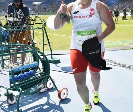 epa05486920 Anita Wlodarczyk of Poland celebrates after winning the women's Hammer Throw final of the Rio 2016 Olympic Games Athletics, Track and Field events at the Olympic Stadium in Rio de Janeiro, Brazil, 15 August 2016. Anita Wlodarczyk scored a new World Record of 82.29m  EPA/FRANCK ROBICHON