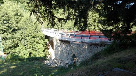Genio al lavoro per realizzare by-pass a ponte danneggiato