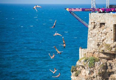 Tuffi: Red Bull cliff diving a Polignano