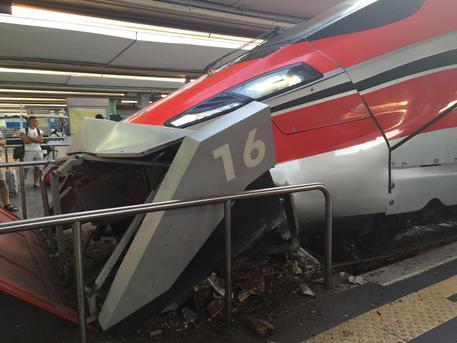 Napoli, paura alla stazione: schianto per un treno Freccia Rossa