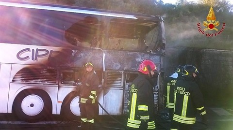 Bus di pellegrini diretto a San Giovanni Rotondo prende fuoco sulla A16