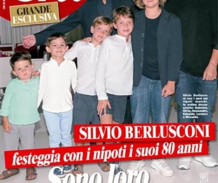 Silvio Berlusconi in posa con i suoi sei nipoti, in un'anteprima dell'intervista esclusiva rilasciata a Chi, in edicola domani.  ANSA/ UFFICIO STAMPA MONDADORI  ++HO - NO SALES EDITORIAL USE ONLY++