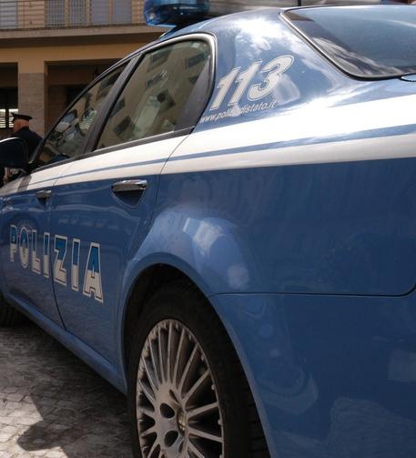 Rifiuta fidanzato figlia e lo investe con l'auto, arrestato 55enne